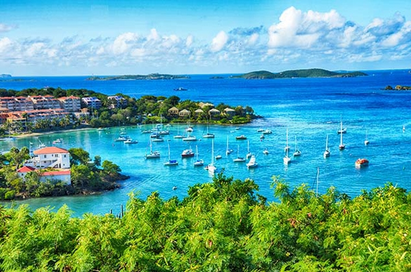Du khách có thể chọn đến thăm 1-2 hòn đảo còn lại hoặc không bởi 2 hòn đảo là St.Thomas và St.Croix đều có sân bay, còn muốn di chuyển đến St.John, du khách có thể đi bằng phà.