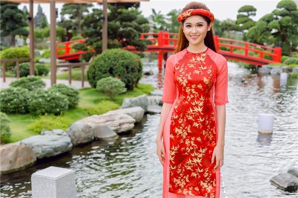 Nhân dịp Tết đến Xuân về Á hậu Thùy Dung có cơ hội khoe với công chúng hình ảnh mới nhất của mình. Người đẹp diện áo dài cách tân đón chào năm mới với bảng màu chuyển từ tông trầm đến những sắc rực rỡ.