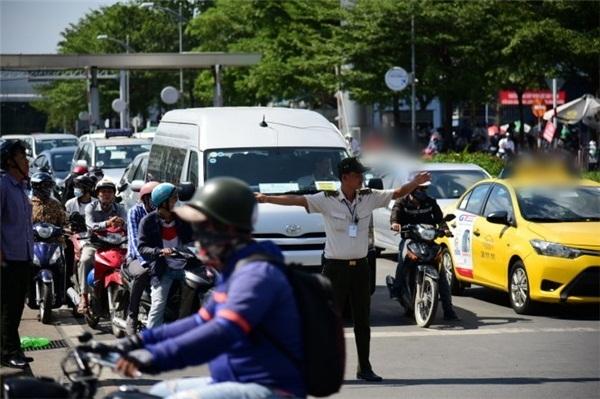 Lực lượng an ninh sân bay cũng được tăng cường để kết hợp với CSGT điều tiết giao thông. (Ảnh: Zing)