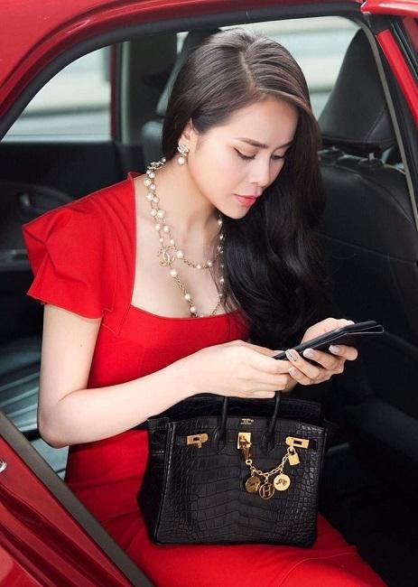 Hoa Hậu điện ảnh Sella Trương diện đầm hiệu nổi bật ở sân bay