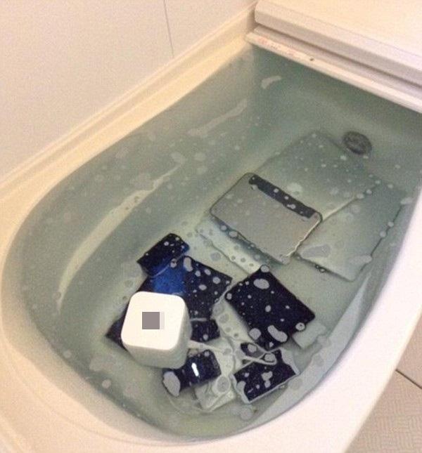 Bạn cócòn nhớ cách đây không lâu, vì trả thù chồng đi cặp bồ, cô vợđã thả toàn bộ thiết bị điện tử trong nhà,từ điện thoại, tới laptop, tivi vào bồn tắm? Của đi thay người chăng?(Ảnh: Chụp màn hình)