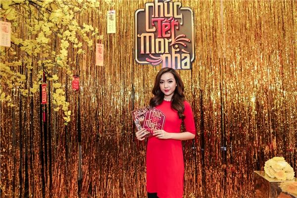 Uyên Trang, Băng Di nổi bật với sắc đỏ may mắn trong dịp ra mắt sản phẩm dành cho ngày Tết truyền thống.