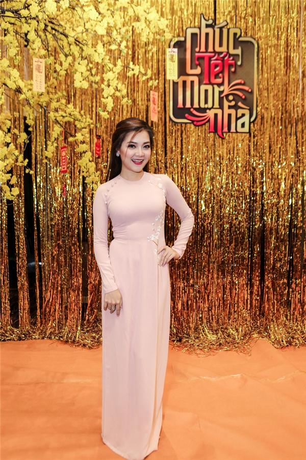 Với tông màu pastel ngọt dịu, Thanh Ngọc khoe dáng nuột nà trong thiết kế cổ tròn trẻ trung.