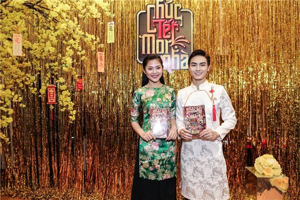 Chúng Huyền Thanh và bạn trai Jay Quân sánh đôi trên thảm đỏ với áo dài họa tiết duyên dáng.