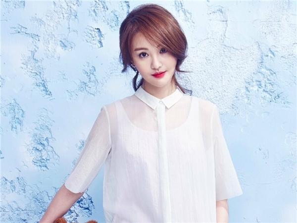 """Trịnh Sảng bị chỉ trích vì phẫu thuật thẩm mĩ cũng nhưcho rằng cô nàng cố tình """"giả ngây thơ"""" để lấy lòng người hâm mộ."""