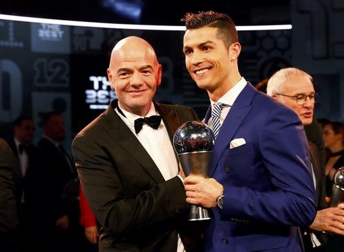 Chủ tịch FIFA Gianni Infantinotrao chiếc cúp cho Ronaldo. (Ảnh: internet)