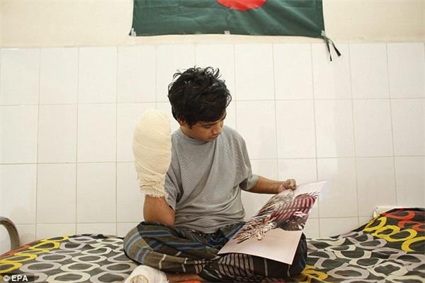 Sau khi trải qua gần 16 cuộc phẫu thuật, tay chân anh Bajandar đã trở lại bình thường.