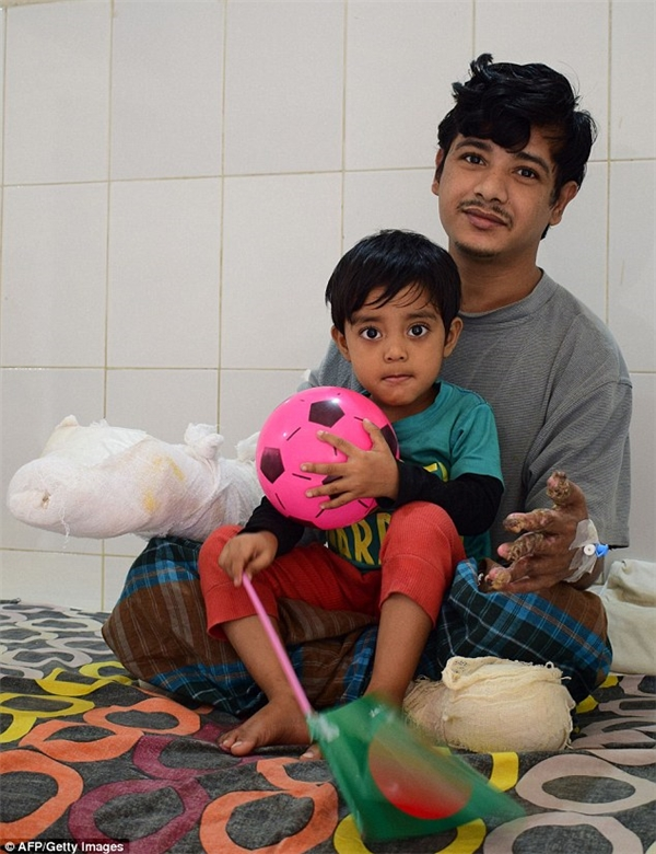 Anh Bajandar chơi đùa với con gái trên giường bệnh.