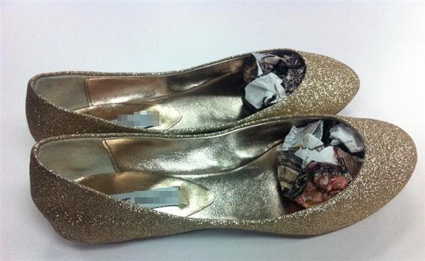 Cách xử lý khi giày bị chật: Dùng giấy báo ướt cuộn lại và nhét vào giày càng chặt càng tốt. Sau đó để cho giày khô rồi mới lấy giấy ra, giày sẽ giãn ra đôi chút.