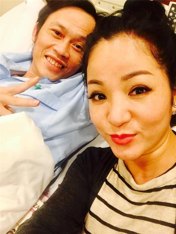 Sau gần hai ngày điều trị, Hoài Linh đã khỏe lại và cười tươi bên các đồng nghiệp. - Tin sao Viet - Tin tuc sao Viet - Scandal sao Viet - Tin tuc cua Sao - Tin cua Sao