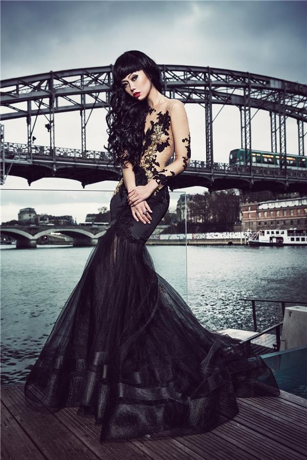 Nhà mốt nổi tiếng của Malaysia Emmanuel Haute Couture sẽ khắc họa sự nữ tính, cầu kì qua những thiết kế có màu sắc ấn tượng như đỏ, đen, vàng ánh kim và sử dụng nhiều lớp lụa, ren.