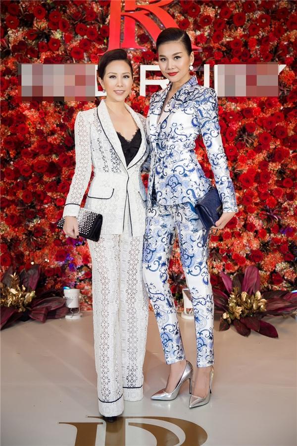 Tại đêm tiệc này, Thu Hoài hội ngộ Thanh Hằng. Siêu mẫu chân dài 1m12 cũng diện thiết kế suit thanh lịch nhưng với họa tiết màu lam ngọt ngào.