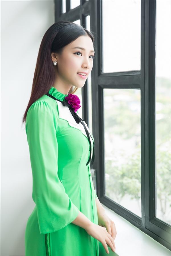Hoàng Oanh diện trang phục áo dài cách tân tông xanh lá. Chiếc áo dài với phần cổ áo đinh nơ 3D hoàn toàn phù hợp với vẻ đẹp nhẹ nhàng của Á hậu. - Tin sao Viet - Tin tuc sao Viet - Scandal sao Viet - Tin tuc cua Sao - Tin cua Sao