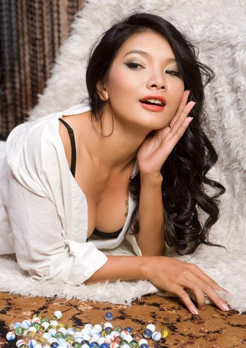 """Kiều Trinh lấy chồng sớm từ năm 18 tuổi nên con lớn của cô là diễn viên Thanh Tú năm nay đã 19 tuổi. Cô kể: """"Khi đó tôi một thân một mình lên Sài Gòn làm công nhân may, tôi gặp ông xã và kết hôn với anh sau đó gần một năm. Ngay trong ngày cưới, tôi biết cuộc hôn nhân của mình là sai lầm nhưng không đủ kiên quyết để dứt bỏ lúc đó mà phải đến 7 năm sau"""". - Tin sao Viet - Tin tuc sao Viet - Scandal sao Viet - Tin tuc cua Sao - Tin cua Sao"""
