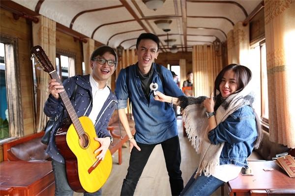 """Trong clip này, nhà ga xe lửa hiện ra với dáng vẻ cổ kính, trầm mặc, rất thích hợp để quay những cảnh u buồn. Nhưng cả 3 thành viên lại """"quậy tưng"""" thế này đây! - Tin sao Viet - Tin tuc sao Viet - Scandal sao Viet - Tin tuc cua Sao - Tin cua Sao"""