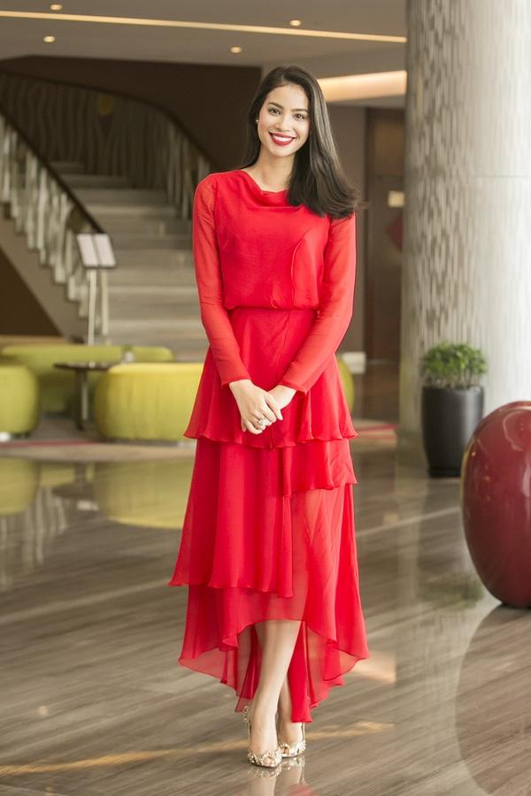 Phạm Hương nổi bật với sắc đỏ rực rỡ tại một sự kiện vì cộng đồng. Hoa hậu Hoàn vũ Việt Nam 2015 chọn thiết kế của Lê Thanh Hòa với cấu trúc phân tầng bất đối xứng lạ mắt.