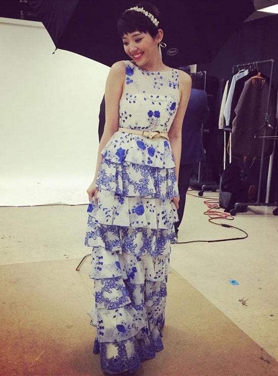 Hãy nhìn xem, từ một cô nàng cá tính, nổi loạn,Tóc Tiên cũng trở nên mềm mại, nữ tính đến khó thể tin được trong dáng váy dài, họa tiết hoa xanh trắng đan lồng trẻ trung.