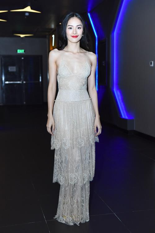 Nếu như với bộ váy trắng, Hạ Vi ghi điểm tuyệt đối thì với thiết kế màu da, nữ diễn viên lại nhận nhiều ý kiến trái chiều bởi bộ cánh làm lộ rõ thân hình gầy nhom, vòng một như biến mất.