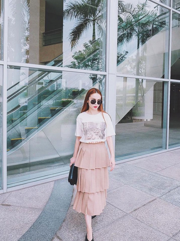 Quý cô Yến Trang thời thượng với chân váy màu hồng pastel kết hợp áo phông trẻ trung. Trong những ngày Tết đang đến cận kề, công thức này cũng sẽ là gợi ý tuyệt vời cho phái đẹp.