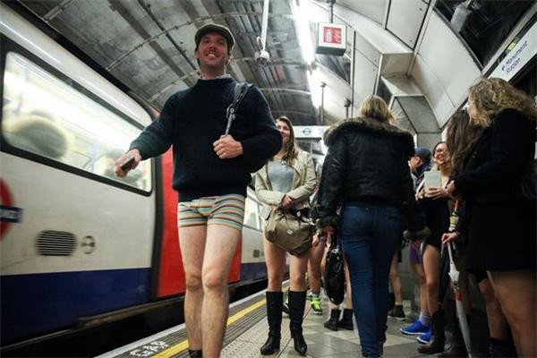 Ngạc nhiên với lí do nhiều người dân London quên mặc quần ra đường