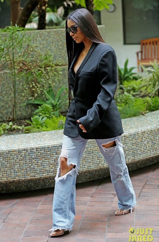 """Nếu đây là cách mà stylist của cô nàng phối cho thì Kim nên...thay ngay một stylist khác là vừa.Cũng là quần jeans nhưng dáng ống đứng này lại quá """"cổ lỗ sĩ"""", diện kèm blazer thùng thình trông như một bà cô luộm thuộm."""
