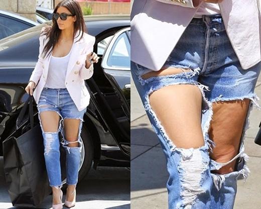 """Jeans rách đã tạo nên cơn sốt thời trang trong giới trẻ. Có thể bắt gặp kiểu quầnở bất cứ đâu. Jeans rách tạo vẻ bụi bặm và """"chất"""" tuy nhiênđể lộ cả vùng da đùi sần sùi thế này thì...hơi ý ẹ."""