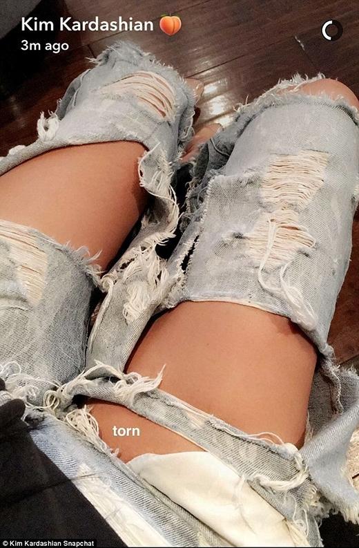 Cô nàng còn nhiệt tình lăng xê kiểu quần rách te tua này trên trang cá nhân.