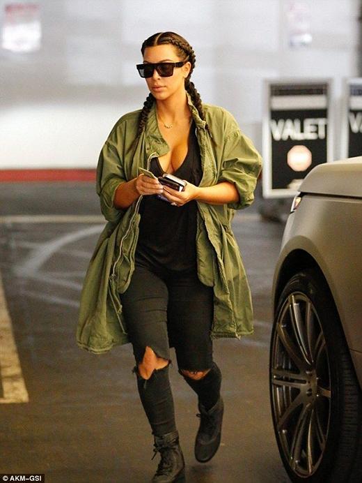 Jeans rách luôn là ưu tiên số 1 của Kim Kardashian.