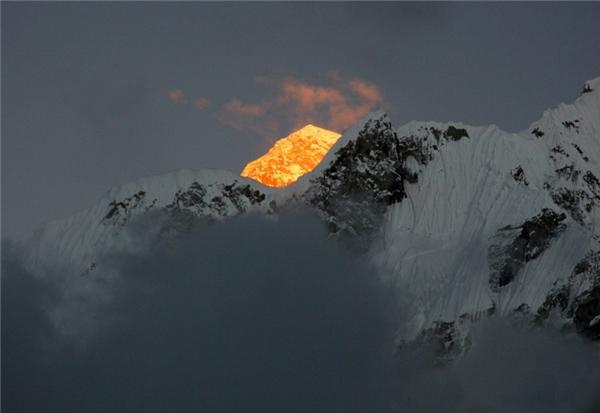 Mặt trời phản chiếu trên đỉnh Everest.