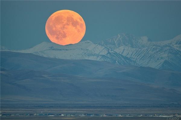 Mặt trăng tròn mọc lên giữa các ngọn núi ở vùng biên giới nước Cộng hòa Altai và Mông Cổ.
