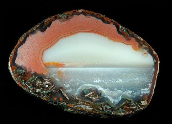 Một viên đá mã não tuyệt đẹp có họa tiết giống như đại dương.