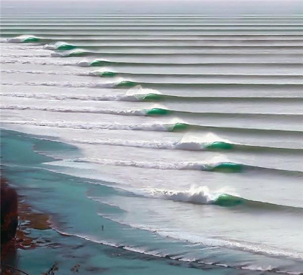Những con sóng liên tiếp gối đầu lên nhau, nhìn từ xa giống như những bậc thang đều tăm tắp ở ngoài khơi thị trấn Puerto Chicama, Peru.
