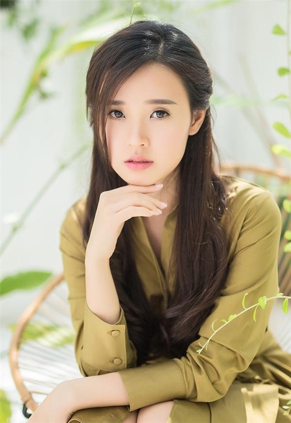 """Sau một thời gian """"vắng bóng"""", nữ diễn viên trở lại khá ấn tượng với hai vai diễn trong phimBí ẩnsong sinhvà4 năm, 2 chàng, 1 tình yêu. Với vai diễn trong phim 4 năm, 2 chàng, 1 tình yêu đã giúp Midu đại diện Việt Nam vinh dự nhận giải Diễn viên châu Á xuất sắc của giải thưởng Korean Culture Entertainment Awards 2016 và mới đây là Nữ diễn viên yêu được yêu thích nhất của Ngôi sao xanh. - Tin sao Viet - Tin tuc sao Viet - Scandal sao Viet - Tin tuc cua Sao - Tin cua Sao"""