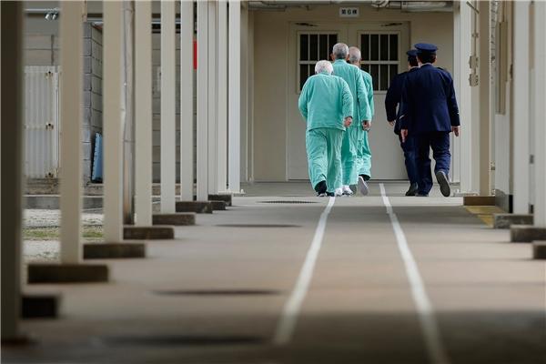 Không ít người già chấp nhận vào tù thay vì đối mặt với cuộc sống cô đơn, khó khăn bên ngoài.