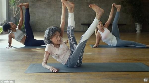 Suốt nhiều năm nay, cụ vẫn chăm chỉ luyện tập và đi dạy yoga cho mọi người.