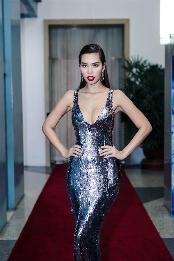 Kiểu trang điểm ấn tượng càng giúp Hà Anh trở nên thu hút, bắt mắt. Phong cách gợi cảm cũng chính là thương hiệu của nữ siêu mẫu khi xuất hiện ở bất kì sự kiện lớn, nhỏ nào.