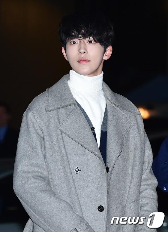 Khác với Joon Hyung trong phim, ngoài đời Nam Joo Hyuk lạnh lùng và toát lên khí chất ngôi sao hơn hẳn.