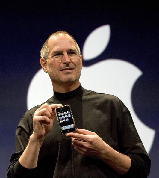 Chiếc iPhone 2G đầu tiên trên tay Steve Jobs. (Ảnh: internet)