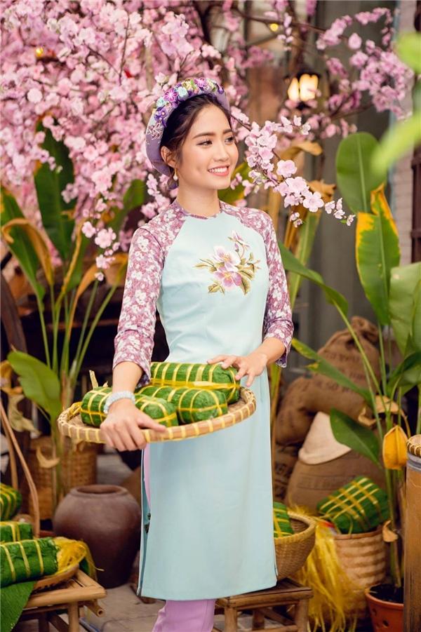 Áo dài cách điệu mặc với quần tây, đi giày cao gót tôn vẻ dịu dàng, nữ tính nhưng không kém phần năng động, hiện đại của Ninh Hoàng Ngân.