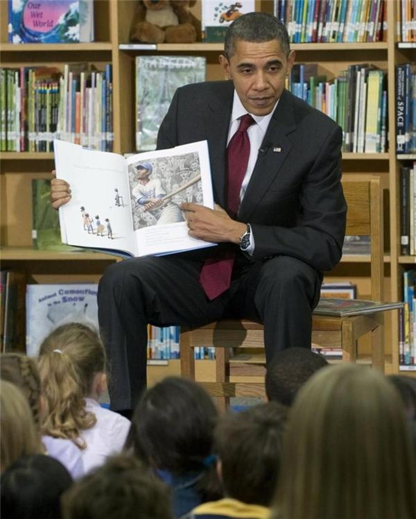 Ông Obama đọc sách cho thiếu nhi.