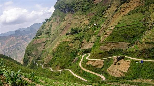 Con đường Hạnh Phúc nối liền thị trấnĐồng Vănvà Mèo Vạc, Mã Pí Lèng được xem là cung đường đèo hiểm trở bậc nhất Việt Nam với chiều dài khoảng 20 km.