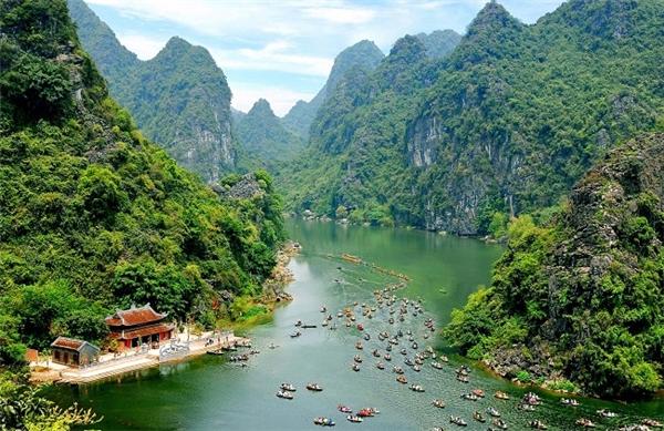 Cảnh núi non hùng vĩ nhưng đầy thơ mộng ở Tràng An, Ninh Bình.