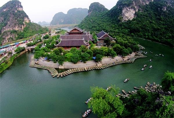 Quần thể danh thắng Tràng An là địa danh du lịch tổng hợp văn hóa – thiên nhiên của Ninh Bình.