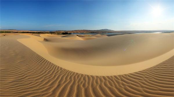 Đồi cát nhiều màu sắc sẽ làm cảnh nền hoàn hảo giúp bạn có những bộ ảnh lung linh.