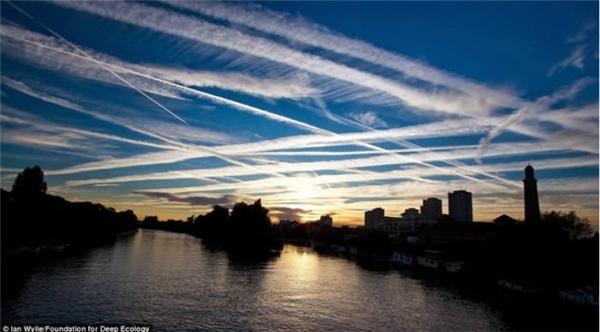 Vệt khói từ những chiếc máy bay đan xen vào nhau trên bầu trời London. Một cảnh tượng đẹp nhưng đau lòng.