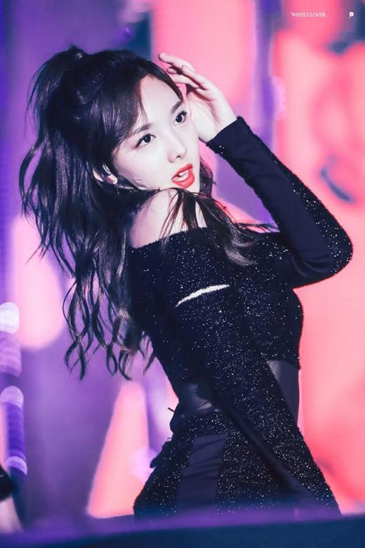 Trên các sân khấu cuối năm, Na Yeon biểu diễn 24 giờ, mặc đồ diễn lấp lánh, bó sát.