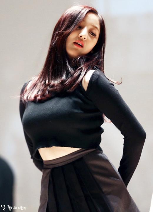 """Mặc dù bị chê """"béo"""" nhưng không thể phủ nhận Ji Hyo cũng sở hữu đường cong gợi cảm."""