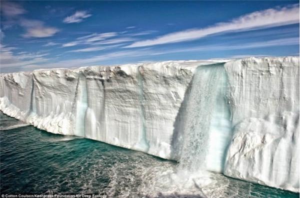 Dòng thác khổng lồ do băng tan chảy tạo thành, đủ để thấy sức ảnh hưởng kinh khủng của sự thay đổi khí hậu.