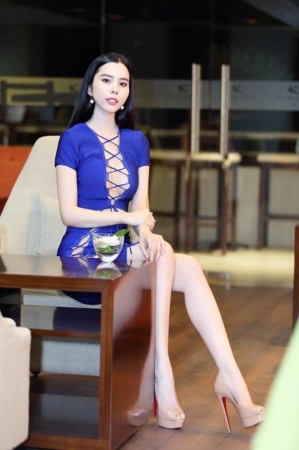 Á Khôi Huỳnh Vy diện váynóng bỏng khiến khách mời nín thở