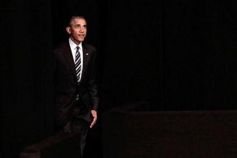 """Mặc dù Obama là người điềm đạm, hài hước nhưng theo tiết lộ của trợ lí David Axelrod, Tổng thống từng nổi giận với ông. Trong lần chuẩn bị tranh luận Tổng thống năm 2012, khi trợ lí đưa ra một số đề nghị, ông Obama càu nhàu: """"Tôi bực mình rồi đấy nhé"""", rồi quay người bước đi mất."""